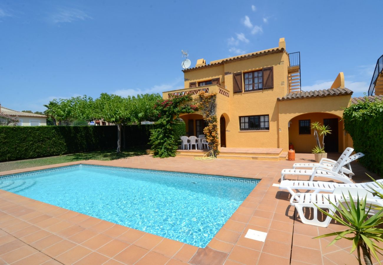 3 Bed Holiday Villa to Rent in Torre Vella